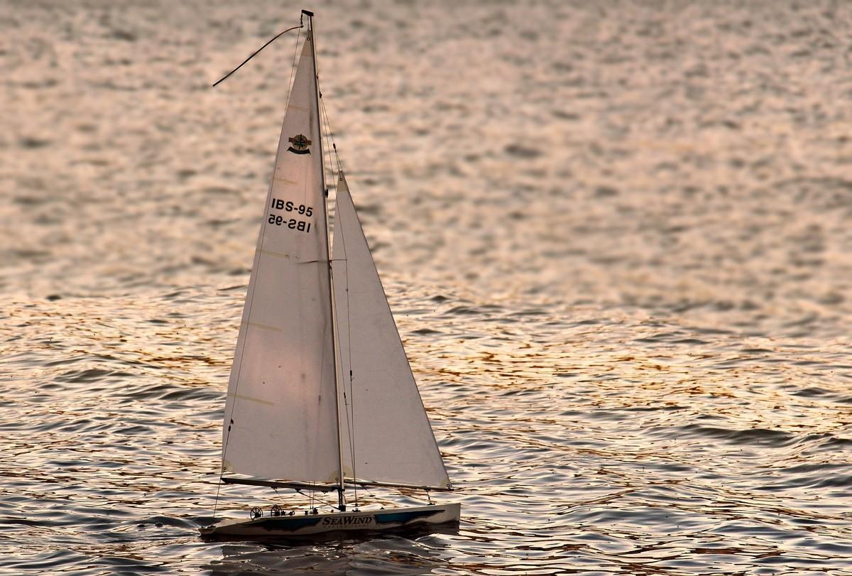 velero navegando en el mar